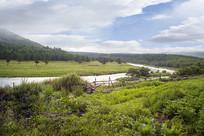草原风光河流围栏远山