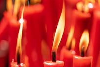 黄色火焰的蜡烛