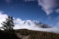 蓝天下的雅拉雪山