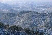 群山怀抱的杭州