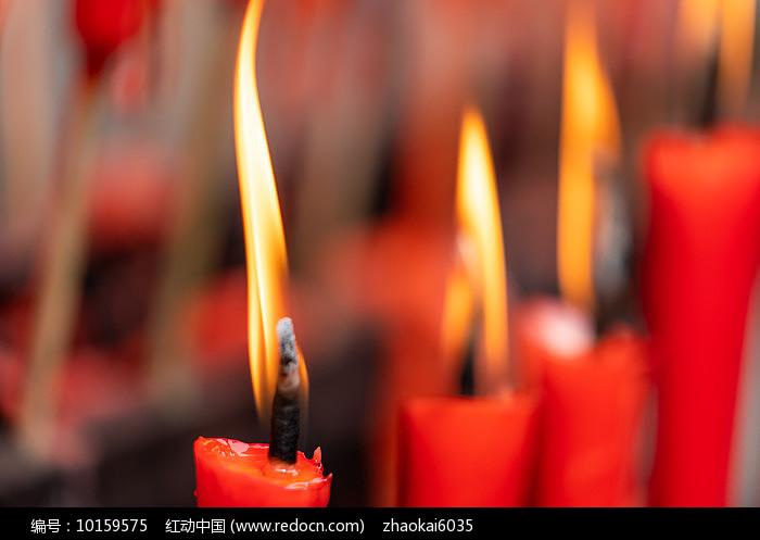 燃烧蜡烛烛光特写图片