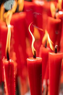 燃烧中蜡烛的烛光