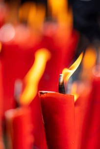 燃烧着的红色蜡烛细节特写