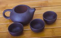 三个茶杯和茶壶