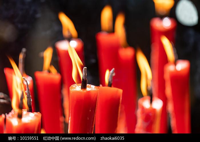 一堆燃烧的蜡烛图片