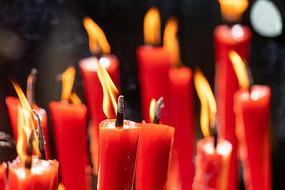 一堆燃烧的蜡烛