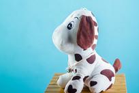 一只坐立的斑点狗
