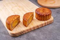 中秋节的特色美食蛋黄月饼