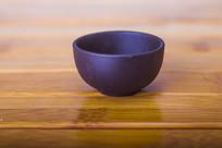 桌子上的茶杯