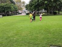 草地上玩耍的母子三人