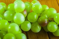 放在桌子上的葡萄道具