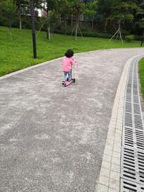 公园里玩平衡车的儿童