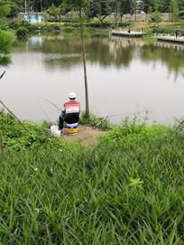 湖边钓鱼的人