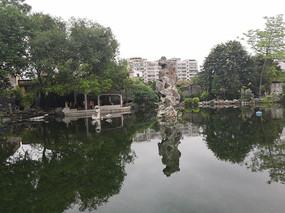 湖中大型观赏石