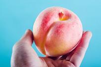 手拿着桃子道具
