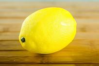 一个黄色柠檬道具