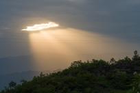 金色的洒向山林的耶稣光