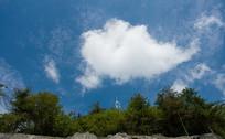 蓝天上一朵鱼形状的白云