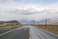 青藏高原远山村庄公路自驾