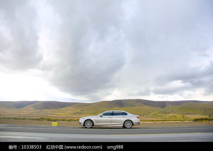 高原公路旁的小汽车图片