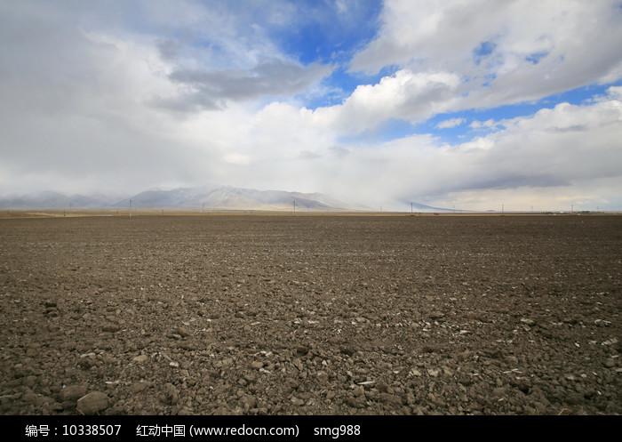 广袤的农田土地浓云密布图片