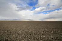 广袤的农田土地浓云密布