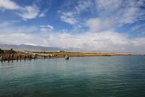 回望青海湖岸雪山