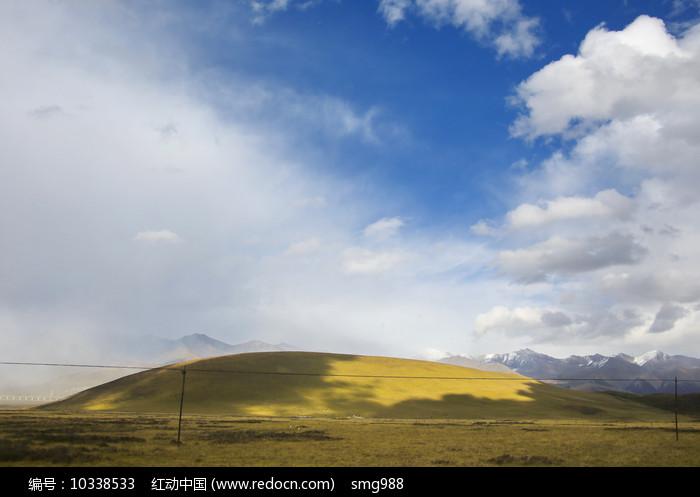 蓝天下的祁连山草坡图片