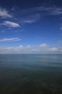 蓝天下的青海湖水面
