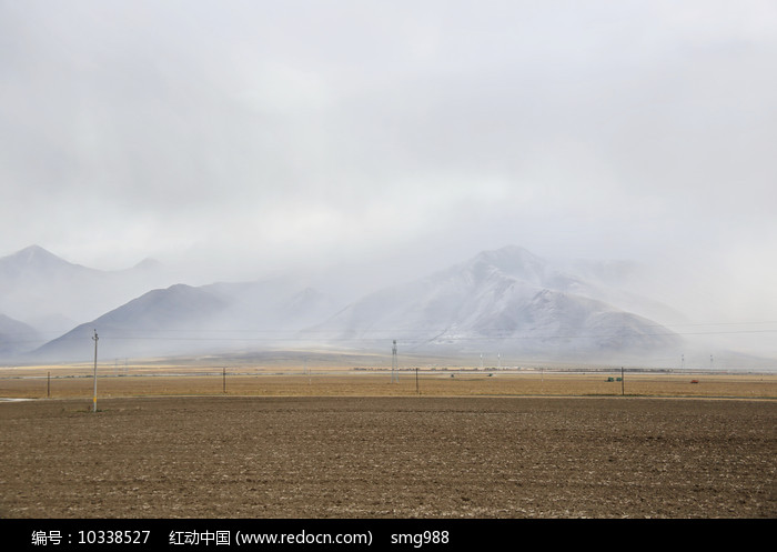 浓云大雾席卷雪山图片