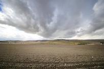 浓云密布大地山坡