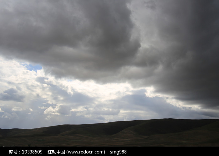 浓云密布的山坡图片