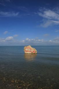 平静的青海湖水面