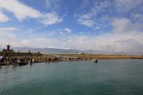 青海湖岸观湖的人群