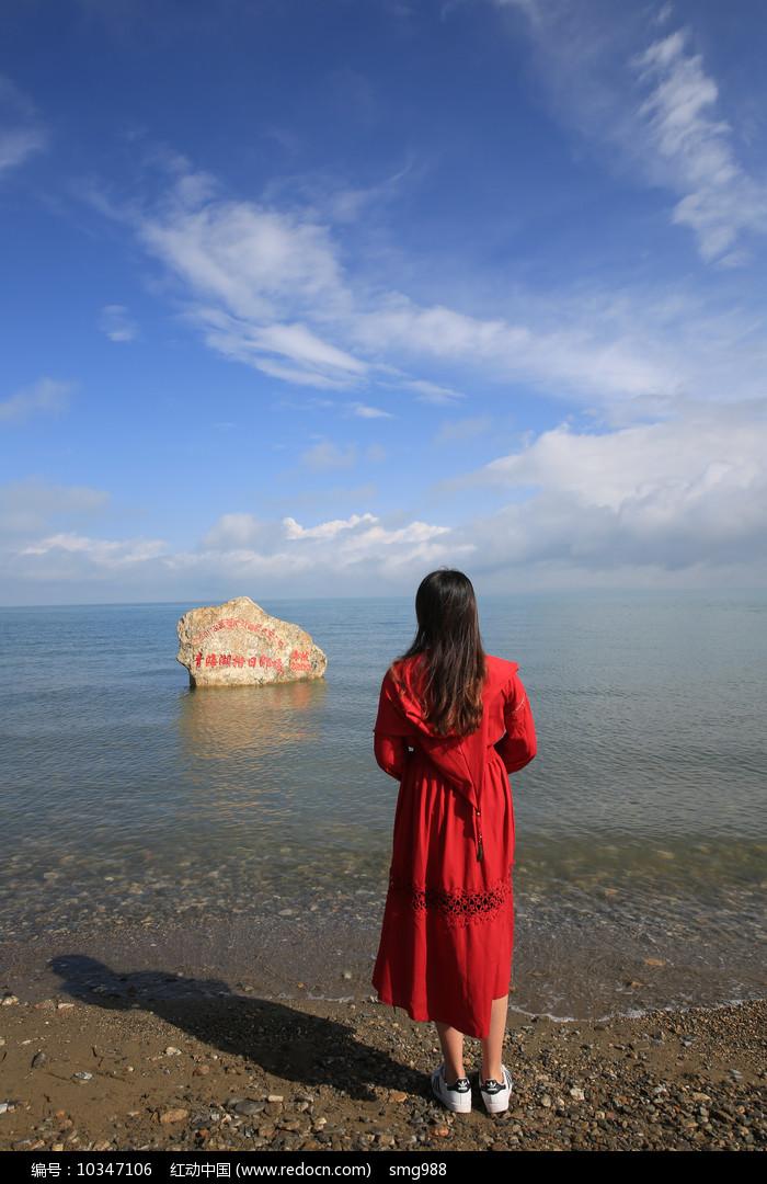 青海湖岸看海的女孩图片