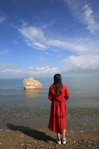 青海湖岸看海的女孩
