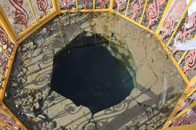 青海湖岸泉水井