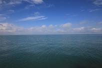 水天一色青海湖平静的水面