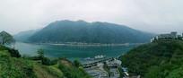 巫山山脉与长江河流全景图