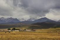 雪山和村庄