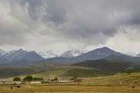 雪山下的村庄