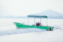 大海中绿色渔船
