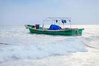 大海中渔船