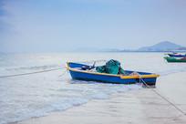 海边蓝色渔船