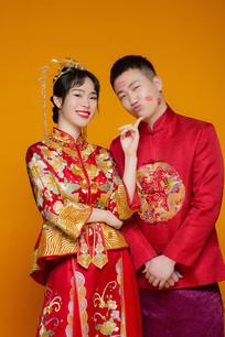 红色秀禾服情侣结婚照