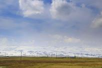 草地连接着雪山