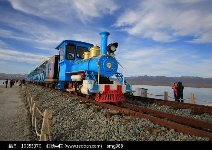 茶卡盐湖观光火车图片