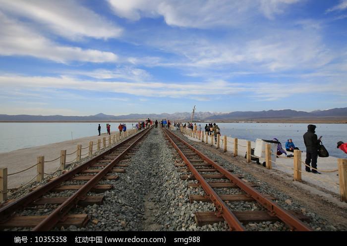 茶卡盐湖盐路上的窄轨铁路图片