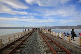 茶卡盐湖盐路上的窄轨铁路