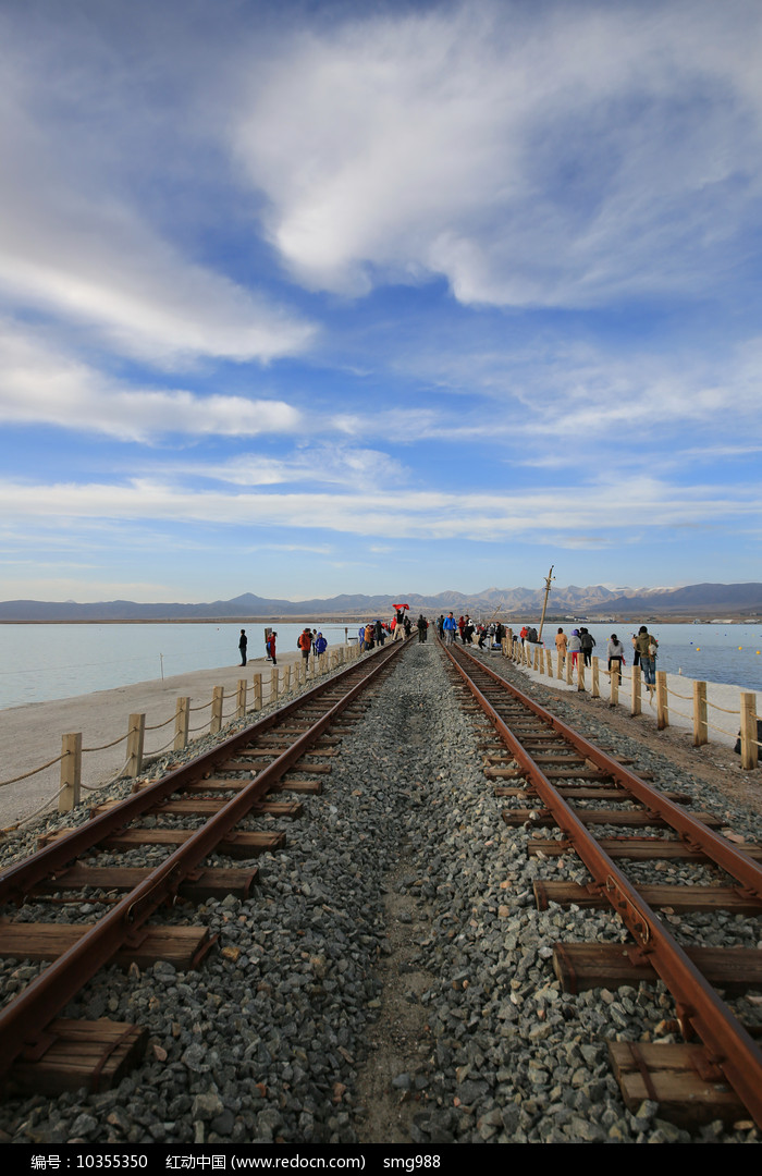 湖面上的窄轨铁路图片